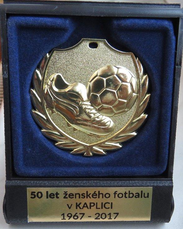 Oslavy padesátého výročí ženského fotbalu v Kaplici + divizní derby Spartak Kaplice (bíločerné dresy) - Calofrig Borovany.