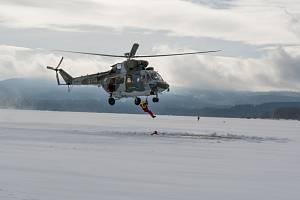 Vodní záchranáři si vyzkoušeli zásah s pomocí helikoptéry.