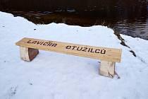 Otužilci mají u Vltavy vlastní lavičku.