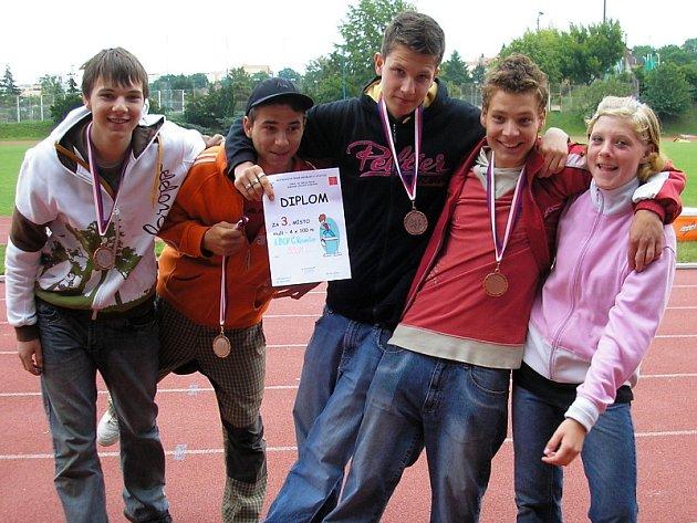 Na snímku zleva s medailemi a diplomem za štafetu Tomáš Toth, Jakub Chmelík, Martin Rychtář, Petr Kubík a v bězích zlatá a bronzová Šárka Maurencová.