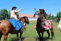 Spanilou dámskou jízdu na koních předvedly jezdkyně v kostýmu.