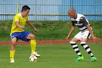 Kapličtí fotbalisté (v černobílém) prohráli v úvodním kole I. A třídy ve Vimperku 0:1.