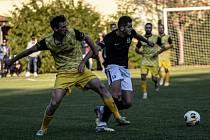 Fotbalisté Zlaté Koruny (ve žlutém) v očekávaném souboji přehráli Dolní Dvořiště 4:1 a vyšvihli se do čela tabulky.