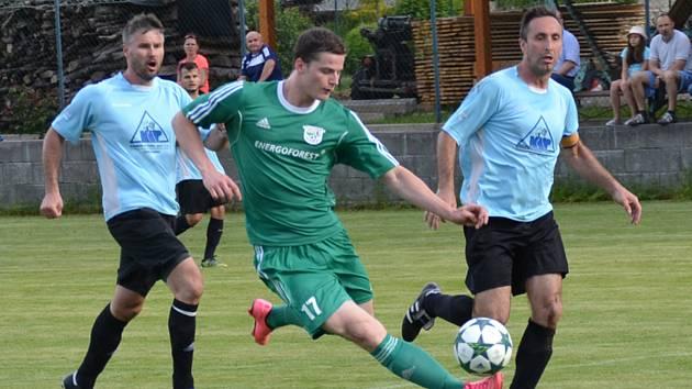 Oblastní I.B třída - 23. kolo: FK Nová Ves / Brloh (zelené dresy) - SK Zlatá Koruna 0:7 (0:2). Při  kanonádě se čtyřmi zásahy zaskvěl zlatokorunský útočník Dominik Fuciman (vlevo v souboji s Jiřím Anderlem).