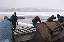 V sobotu ráno začaly v hornoplánském přístavišti přípravy na vytažení přívozu na souš.