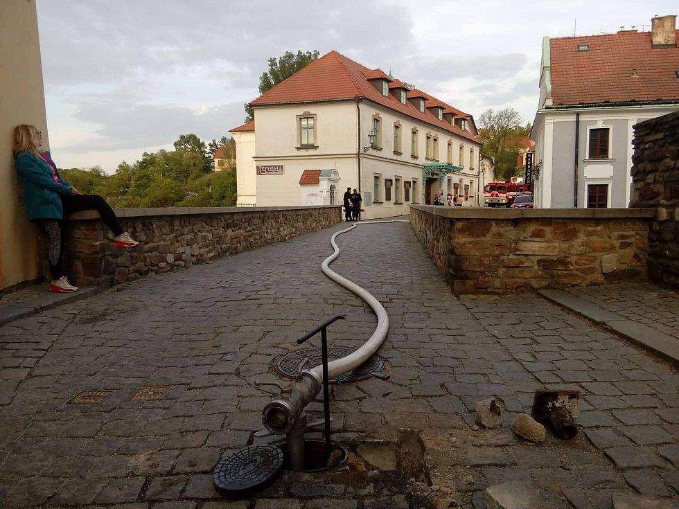 K požáru dvou objektů v Rooseveltově ulici v Českém Krumlově se sjelo několik jednotek hasičů.