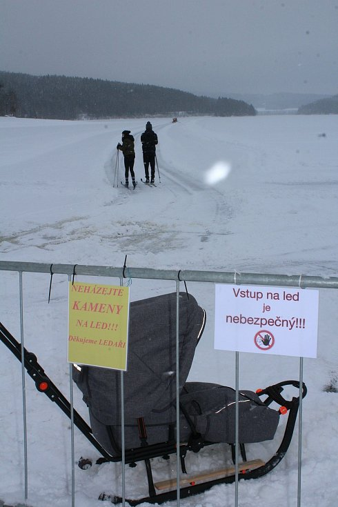 Úprava ledové dráhy na lipenském jezeře není jednoduchá.