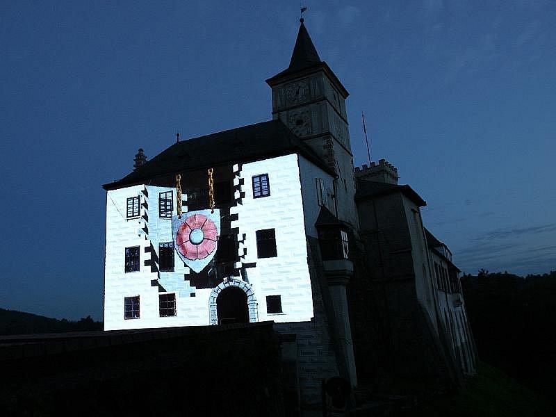 Stěně u vstupní brány rožmberského hradu oblékli animátoři prostřednictvím techniky videomappingu při víkendové projekci hned několik kabátů.