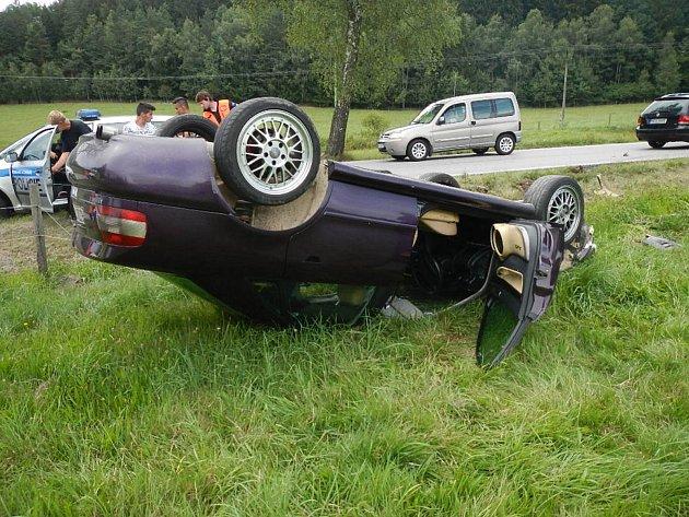 Při nehodě u Jenína se auto obrátilo na střechu.