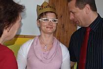K vítězství v anketě Nej učitel 2012 ve středu Petře Gušlové blahopřáli ředitel ZŠ Fantova Kaplice Libor Lukš a ředitelka Domu dětí a mládeže Č. Krumlov Jaroslava Löblová.