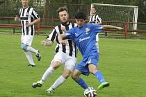 V derby mezi béčkem Kaplice a Frymburkem zařídil výhru hostů od Lipna střelecky disponovaný Stanislav Budík (vpravo u míče, v těsném souboji s domácím Tomášem Faltusem), který se v rozmezí 55. až 66. minuty dvakrát zapsal do střelecké listiny.