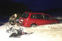 Hasiči vytahovali auto, které se propadlo do ledu na lipenském jezeře.