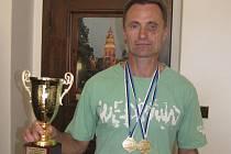 Milan Prokeš se přišel do naší redakce pochlubit se dvěma zlatými medailemi z mistrovství světa a krásným pohárem pro nejúspěšnějšího veterána šampionátu.
