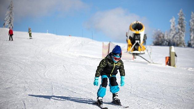 Slunečné počasí slibuje parádní lyžařský víkend