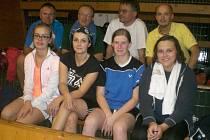 Křemežští badmintonisté na turnaji ve Vodňanech – nahoře zleva: Holeček, Bednář, M. Koudelka a Schrenk, dole zleva: L. Koudelková, Motejlová, Weberová a Bínová.