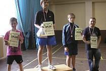 V chlapecké kategorii hráčů ročníku narození 1999 brali Křemežští hned dvě medaile. Na stupínek nejvyšší se postavil Matyáš Janda, jenž soutěží prošel bez ztráty setu, a třetí příčku přidal Karel Jirovec (druhý zprava).