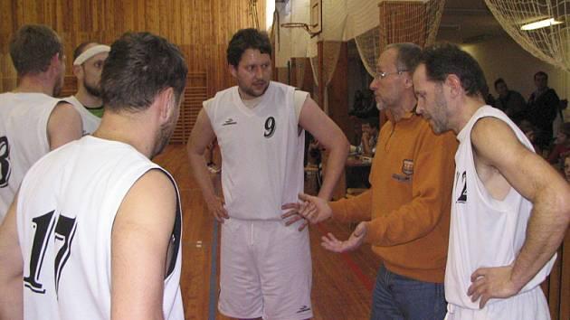 Při oddechovém čase v semifinále play off s Jiskrou Humpolec udílí kaplický trenér Václav Blažek (druhý zprava) pokyny svým svěřencům.