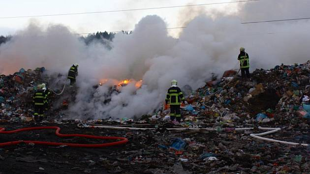 Požár skládky v Bukovsku.
