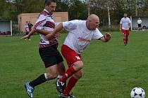 OPM - 3. kolo: Křemže - Větřní B 4:0 (vpravo křemežský stoper Georgij Filip před hostujícím Václavem Květoněm).