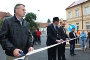 Ulici Lineckou v Kaplici po náročné rekonstrukci v sobotu slavnostně otevřel starosta Pavel Talíř spolu s těmi, kdo stavbu prováděli, a s místopředsedou Poslanecké sněmovny Janem Bartoškem.