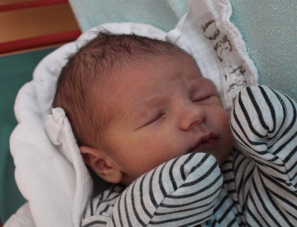 Dominik Exl se narodil v Českém Krumlově 8. března 2020 ve 21.56. Na svět přišel s mírami 3 250 g a 50 cm. Doma bude v Kaplici. Je to první miminko Jany Kutlákové a Lukáše Exla. Tatínek si jeho narození ujít nenechal.