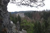 Kolem hradu Dívčí kámen je plno skal. Ilustrační foto.