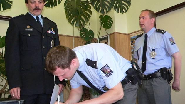 Za to, že ve svém volnu bez váhání pomohli muži, kterého přepadl lupič, byli dnes oceněni dva kapličtí policisté.