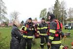 Krumlovští vodní záchranáři ve spolupráci s hasiči z Černé v Pošumaví (na snímku se starostkou Černé Irenou Pekárkovou) připravují dráhu pro ponor.
