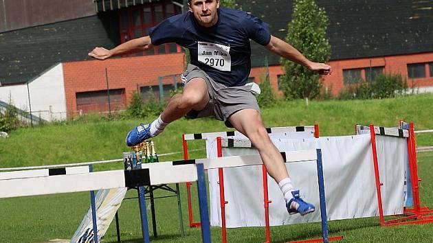 Z náročné konfrontace s nejtěžší atletickou disciplínou vyšli i letos se ctí (na snímku při běhu na 110 metrů překážek Jan Míka, který barvy pořadatelského sdružení Šnomíbo Č. Krumlov vytáhl až na šesté místo).