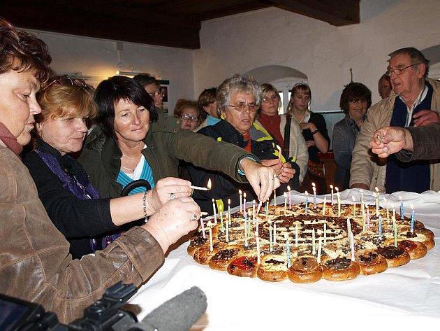 Zapálit padesát svíček na narozeninovém koláči Stifterova památníku v Horní Plané dalo pěknou práci, a tak se tohoto úkolu v sobotu zhostili všichni, kteří se u voňavé dobroty právě nachomýtli. Sfouknout všechny svíčky se pak podařilo na první pokus.