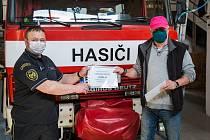 Při předání finanční sbírky ve velešínské hasičské zbrojnici nechyběli ani ředitel školy a starosta Velešína.