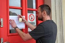 Zástupce ředitelky vyšebrodské základní a mateřské školy Jan Jiřička vylepil krátce po poledni na dveře školy informace o uzavření školy.