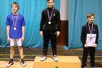Medailisté dvouhry chlapců – zleva: stříbrný Tobiáš Zubr (Sokol Č. Budějovice), zlatý Dennis Pražák a bronzový Matyáš Puffr (oba SKB Č. Krumlov).