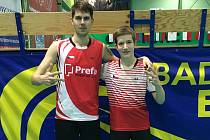 Jaromír Janáček s Tomášem Švejdou (zleva) se radují z deblového bronzu na MM Slovenska v Trenčíně.