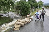 Chlumský potok už způsobil v osadě mnoho škod.
