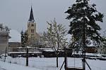 Velká sněhová nadílka v pátek 28. dubna ráno postihla i Podkletí (snímky z Křemže a okolí).