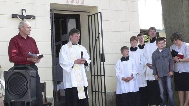 Farář Karel Hampl při svěcení kaple.