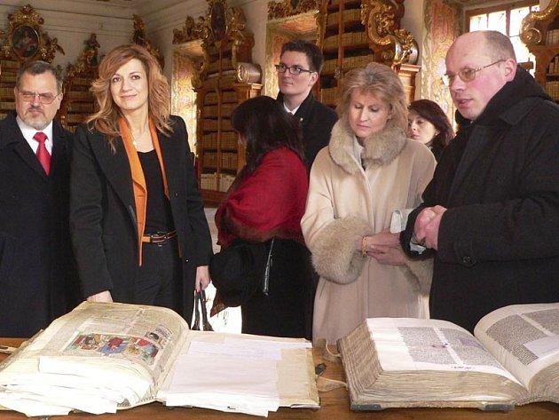 Vzácné historické rukopisy návštěvníky kláštera velice zaujaly.