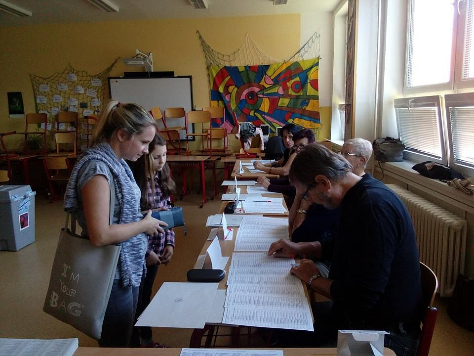 Volební komise 14. českokrumlovského okrsku, které předsedá Josef Kučera