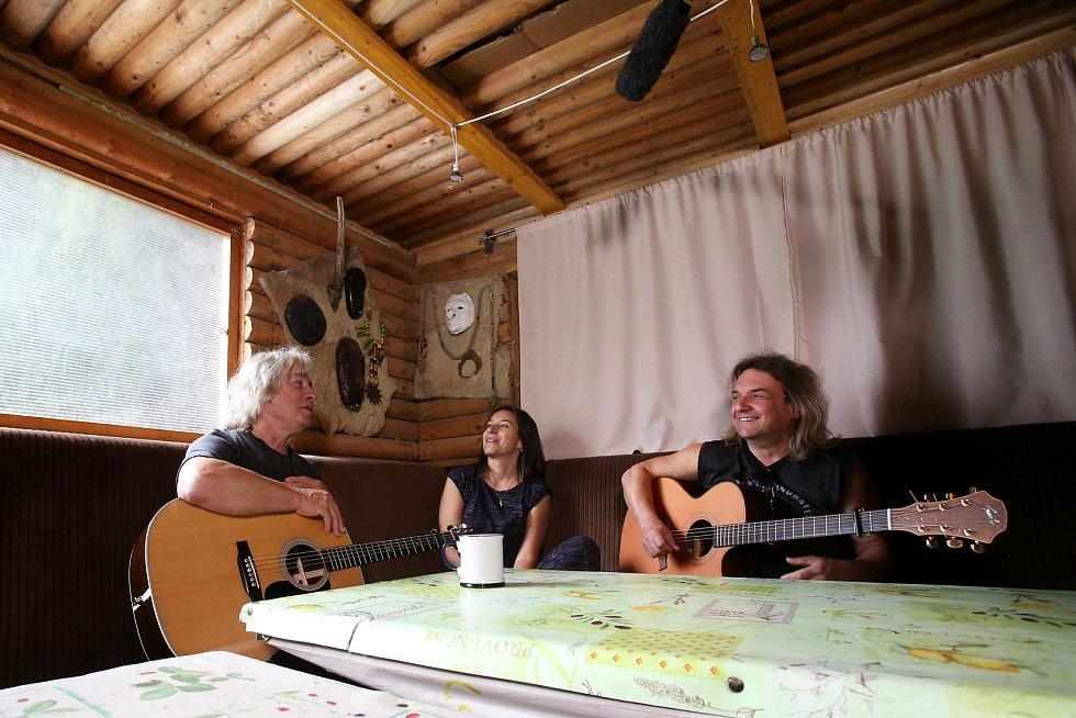 Pavel Žalman Lohonka natáčí hraný dokument o svém životě. Jeden z natáčecích dnů strávil štáb v táboře oddílu Druijdíků u Nažidel.