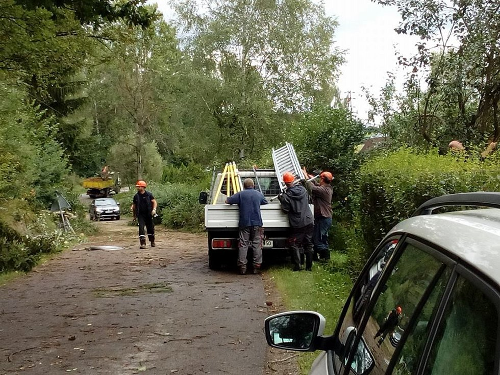 Energetici spolu s lesníky nají plno práce u spadlých drátů před Žďárem.