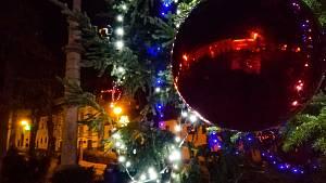 Vánoční strom na vyšebrodském náměstí se rozsvítil přesně v 17 hodin jako obvykle