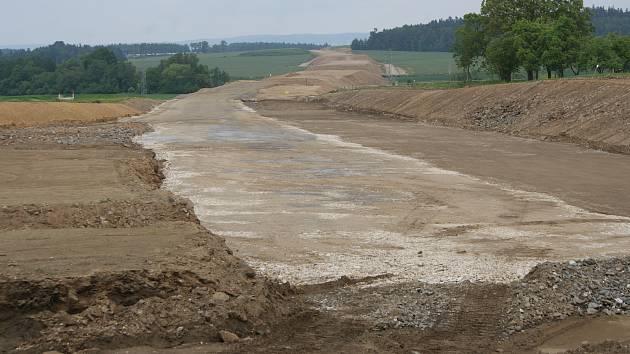 Stavba dálnice mezi Dolními a Prostředními Svinci.