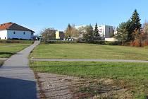 Zelená plocha zvaná Mulda v Kaplici, na níž vyroste prodejna Lidlu.