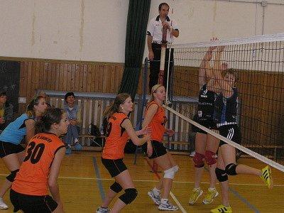 Po domácí výhře nad Libercem si krumlovské extraligové juniorky (zleva Černá, Kadlecová, Trojáková a Jarošová) připsaly další cenné body na úkor medailového aspiranta.