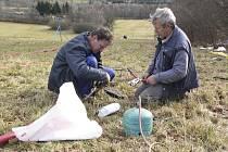 Antonín Klimeš a Josef Toman při pokládání elektrických kabelů do země.