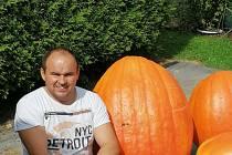 Největší dýně měla 68 kg a manželce Lence s pěstováním pomáhal Václav Aibl.