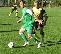 V zápase Kaplice s Boršovem se několikrát potkali bývalí spoluhráči, a to exkaplický Radek Řežáb (vlevo u míče) s kapitánem spartakovců Josefem Gondekem.