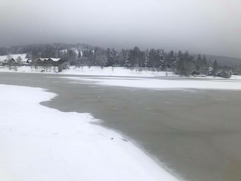 Kvalita lipenského ledu se po sněžení značně zhoršila.