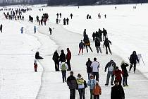 Ledová dráha na lipenském jezeře slaví úspěch. Denně se po ní prohánějí na zamrzlém lipenském jezeře desítky, ale o víkendu stovky bruslařů všeho věku. Zhruba dvanáctikilometrový okruh je bez sněhu.